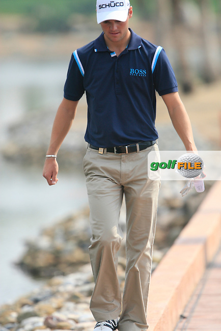 Martin Kaymer walks the line while crossing the footbridge between the 6th green and 7th teebox during Day 3 Saturday of the Abu Dhabi HSBC Golf Championship, 22nd January 2011..(Picture Eoin Clarke/www.golffile.ie)