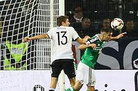 Lee Hodson (Nordirland, Northern Ireland) klärt gegen Thomas Mueller (Deutschland Germany) - 11.10.2016: Deutschland vs. Nordirland, HDI Arena Hannover, WM-Qualifikation Spiel 3