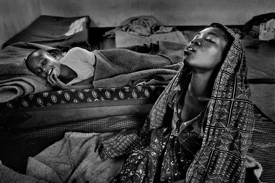 1995. Zaire. Democratic Republic of the Congo (DRC). Sud-Kivu Province. Two traumatized Rwandan Hutu refugee boys who fled their country during the 1994 Rwandan Genocide are cured in the psychiatric centre of the Frères de la Charité. Zaïre. République Démocratique du Congo (RDC). Province du Sud-Kivu. Deux garçons traumatisés, réfugiés rwandais hutus qui ont fui leur pays pendant le génocide au Rwanda en 1994, sont soignés dans le centre psychiatrique des Frères de la Charité.