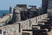 Royaume-Uni, îles Anglo-Normandes, île de Guernesey, Saint Peter Port: <br /> Castle Cornet, les canons sur les remparts // United Kingdom, Channel Islands, Guernsey island, Saint Peter Port: <br /> Castle Cornet