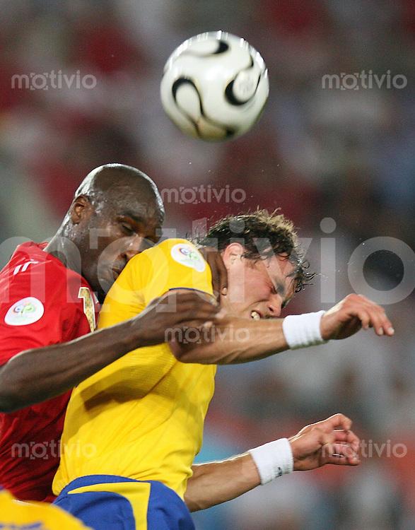 Fussball WM 2006  Gruppenspiel  Vorrunde  Gruppe H Schweden 2-2 England Johan Elmander (SWE,re) gegen Sol Campbell (ENG)