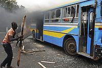 XNB05 DAKAR (SENEGAL), 1/2/2012.- Unos manifestantes destrozan un autobús durante los disturbios registrados en Dakar, Senegal, hoy, miércoles 1 de febrero de 2012. El Gobierno de Senegal condenó hoy los actos violentos ocurridos en la manifestación convocada ayer en Dakar por el Movimiento del 23 de junio (M23) contra la candidatura a los comicios presidenciales del presidente Abulaye Wade, que terminaron con la muerte de una persona, según la versión oficial. EFE/Aliou Mbaye..