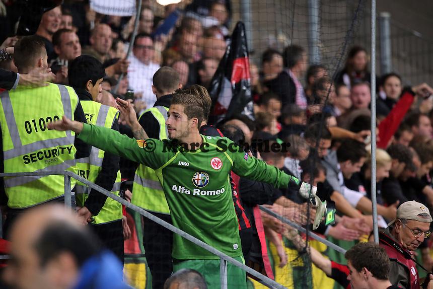 Schlussjubel Kevin Trapp (Eintracht) mit den Fans - 1. Spieltag der UEFA Europa League Eintracht Frankfurt vs. Girondins Bordeaux