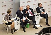 FET04. MOSCÚ (RUSIA), 17/01/2018.- La primera vicegobernadora del Banco Central ruso, Kseniya Yudaeva (izq), el gobernador del Banco de España, Luis María Linde (2º dcha); el presidente de J.P. Morgan Chase International, Jacob Frenkel (2º izq), y el presidente del Consejo de Dirección de ABH Holdings SA; y miembro del Consejo de Dirección de alfa-Bank, Petr Aven (dcha), participan en un debate de expertos sobre el proteccionismo y el papel de los bancos centrales en el mundo globalizado en el ámbito del Foro Gaidar en Moscú (Rusia) hoy, 17 de enero de 2018. EFE/Academia Presidencial rusa de Economía Nacional y Administración Pública (Ranepa) FOTO CEDIDA SOLO USO EDITORIAL NO VENTAS