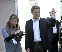 BOGOTA -COLOMBIA. 25-05-2014. Juan Manuel Santos, presidente de Colombia ejerce su derecho al voto al inicio de las Elecciones Presidente de Colombia  en la ciudad de Bogotá. Los colombianos elegirán en las urnas al nuevo Presidente de Colombia 2014-2018.  Juan Manuel Santos, President of Colombia exercised their right to vote at the beginning of Elections President of Colombia, in Bogotá city. Colombians elected at the polls the new President of Colombia from 2014 to 2018. Photo: VizzorImage/ Luis Ramirez / Staff.