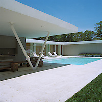 The U-shaped single storey house is wrapped around a large swimming pool