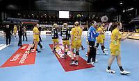 Handball Champions League  Frauen Damen - HCL HC Leipzig : HYPO Niederösterreich - Arena Leipzig - im Bild: hängenden Kopfes gehen sie zu den Fans übers Spielfeld - der Schock der ersten Niederlage in der höchsten Europäischen Spielklasse sitzt tief. Foto: Norman Rembarz...