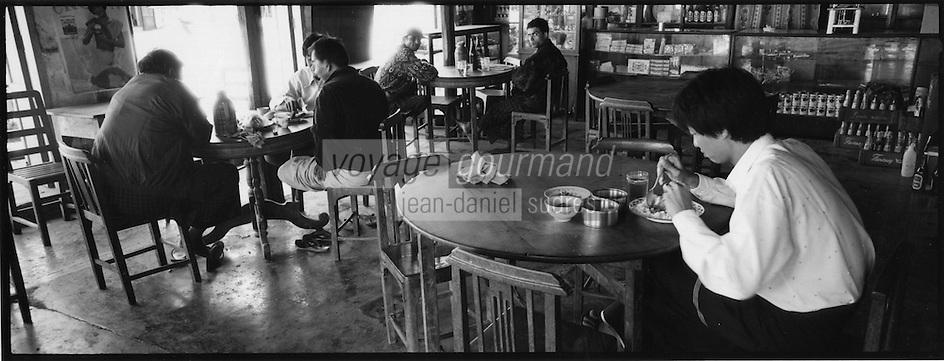 Asie/Birmanie/Myanmar/Plateau Shan/Nyaungshwe: Lac Inle - dans un petit restaurant