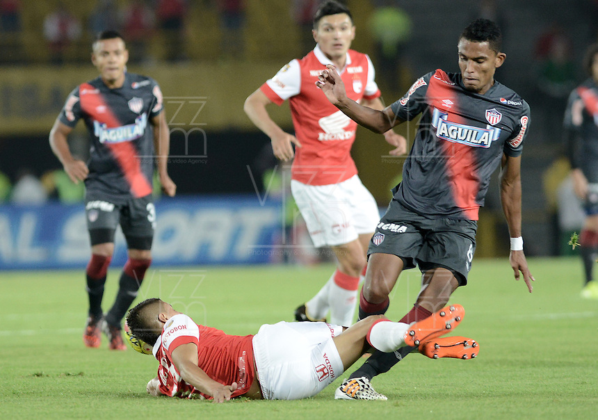 BOGOTÁ -COLOMBIA, 30-10-2014. Juan D Roa (Izq) jugador de Independiente Santa Fe disputa el balón con William Tesillo (Der) jugador de Atlético Junior durante partido de vuelta por la semifinal de la Copa Postobón 2014 jugado en el estadio Nemesio Camacho El Campín de la ciudad de Bogotá./ Juan D Roa (L) player of Independiente Santa Fe vies for the ball with William Tesillo (R) player of Atletico Junior during second leg match for the semifinal of Postobon Cup 2014 played at Nemesio Camacho El Campin stadium in Bogotá city. Photo: VizzorImage/ Gabriel Aponte / Staff