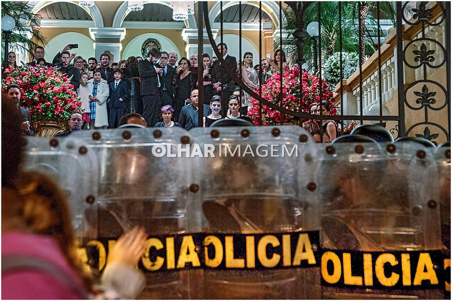 Protesto na casamento da deputada Maria Victoria (PP), Curitiba. Parana. 14.07.2017. Foto de Alberto Viana.