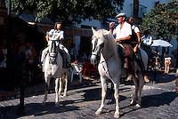 Spanien, Andalusien, Touristen auf Pferden in  Tarifa