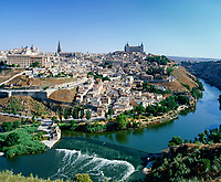 Spanien, Toledo: am Ufer des Tajo, mit der Kathedrale Santa Maria aus dem 13. - 15. Jahrhundert und dem Alcazar, UNESCO-Weltkulturerbe | Spain, Toledo: at river Tajo with cathedral Santa Maria and the Alcazar, UNESCO-World Heritage