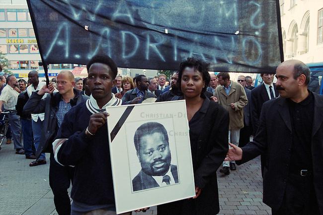 In der Nacht vom 10. auf den 11. Juni 2000 wurde der 39jaehrige Alberto Adriano aus Mosambik von drei Neonazis aus Wolfen und Bad Liebenwerda im Dessauer Stadtpark zusammengeschlagen. Der ehemalige DDR-Vertragsarbeiter verstarb drei Tage spaeter am 14. Juni an seinen Verletzungen ohne aus dem verletzungsbedingten Koma zu erwachen. Adriano war 20 Jahre zuvor von der DDR-Regierung als sog. &quot;Vertragsarbeiter&quot; in die DDR geholt worden und wollte noch im Sommer 2000 mit seiner Frau und drei Kindern zurueck nach Mosambik.<br /> Bereits wenige Tage zuvor hatten die Moerder von Alberto Adriano einen anderen Mann aus Afrika zusammengeschlagen und schwer verletzt.<br /> Die Taeter wurden noch am Tatort festgenommen und die Generalbundesanwaltschaft hat die Ermittlungen wegen der &quot;Gefaehrdung der inneren Sicherheit Deutschlands&quot; uebernommen. Als Tatmotiv gaben sie &quot;Fremdenhass&quot; an.<br /> Im Bild: Eine Demonstration von Freunden und Angehoerigen zog durch die Innenstadt zum Ort an dem Adriano ermordet wurde.<br /> 16.6.2000, Dessau<br /> Copyright: Christian-Ditsch.de<br /> [Inhaltsveraendernde Manipulation des Fotos nur nach ausdruecklicher Genehmigung des Fotografen. Vereinbarungen ueber Abtretung von Persoenlichkeitsrechten/Model Release der abgebildeten Person/Personen liegen nicht vor. NO MODEL RELEASE! Nur fuer Redaktionelle Zwecke. Don't publish without copyright Christian-Ditsch.de, Veroeffentlichung nur mit Fotografennennung, sowie gegen Honorar, MwSt. und Beleg. Konto: I N G - D i B a, IBAN DE58500105175400192269, BIC INGDDEFFXXX, Kontakt: post@christian-ditsch.de<br /> Bei der Bearbeitung der Dateiinformationen darf die Urheberkennzeichnung in den EXIF- und  IPTC-Daten nicht entfernt werden, diese sind in digitalen Medien nach &sect;95c UrhG rechtlich gesch&uuml;tzt. Der Urhebervermerk wird gemaess &sect;13 UrhG verlangt.]
