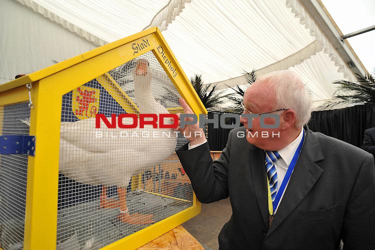 FDP Umweltminister Hans-Heinrich Sander war am freitag Festredner beim Fr&uuml;hschoppen auf de Diepholzer Gro&szlig;markt. Nach seiner launischen Rede erhielt er eine Diepholzer Ganz &uuml;berreicht, die ihm zur Weihnachtszeit zerlegt &uuml;berreicht wird<br /> <br /> <br /> Foto &copy; nph ( nordphoto )