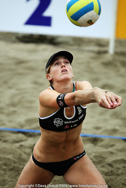 NZ's Susan Blundell during the 2009 McEntee Hire NZ Beach Volleyball Tour day one matches at Oriental Parade, Wellington, New Zealand on Saturday, 10 January 2009. Photo: Dave Lintott / lintottphoto.co.nz