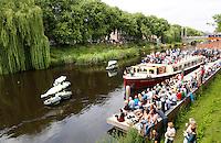 Nederland Den Bosch  2016 . De Bosch Parade op rivier de Dommel. De Bosch Parade is een evenement in 's-Hertogenbosch. De optocht bestaat uit varende kunstwerken. Alle werken zijn geïnspireerd op de kunst van Jheronimus Bosch. Vaartuigen Better Half.  Foto  Berlinda van Dam / Hollandse Hoogte