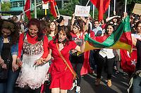 Nach der Raeumung des Gezi-Park in Istanbul in der Nacht zum 16. Juni 2013 gingen ueberall in Deutschland tausende Menschen auf die Strasse und zeigten Ihre Solidaritaet mit den Menschen in der Tuerkei, die seit dem 31. Mai fuer den Erhal des Gezi-Parks und mehr Demokratie protestieren.<br />Hier: In Berlin gingen bis zu 5.000 Menschen auf die Strasse und zogen mit einer mehrstuendigen  Demonstration von Kreuzberg bis zur tuerkischen Botschaft im Bezirk Tiergarten. Dort tanzten Kurden, Aleviten, Kemalisten und Tuerken gemeinsam.<br />16.6.2013, Berlin<br />Copyright: Christian-Ditsch.de<br />[Inhaltsveraendernde Manipulation des Fotos nur nach ausdruecklicher Genehmigung des Fotografen. Vereinbarungen ueber Abtretung von Persoenlichkeitsrechten/Model Release der abgebildeten Person/Personen liegen nicht vor. NO MODEL RELEASE! Don't publish without copyright Christian-Ditsch.de, Veroeffentlichung nur mit Fotografennennung, sowie gegen Honorar, MwSt. und Beleg. Konto:, I N G - D i B a, IBAN DE58500105175400192269, BIC INGDDEFFXXX, Kontakt: post@christian-ditsch.de<br />Urhebervermerk wird gemaess Paragraph 13 UHG verlangt.]