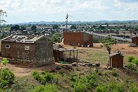 MOZAMBIQUE, Moatize, Cabanga settlement will be demolished for the extension of Rio Tinto coal mine, the peoples will be resettled in Mwaladzi 40 km away, behind Revuboé river and Airport Tete  / MOSAMBIK, Moatize, fuer die Erweiterung der Benga Kohlemine von Rio Tinto, wurde 2014 an das indische Konsortium ICVL verkauft, wird die Ortschaft Cabanga abgerissen, die Bewohner werden 40 km von Moatize enfernt nach Mwaladzi umgesiedelt, Bruecke ueber den Revuboé Fluss, Airport Tete, die Haeuser haben bereits eine Zahlenmarkierung