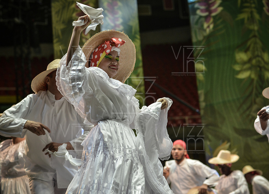 CALI - COLOMBIA. 16-08-2019: Un grupo de danza de música folclórica realiza su presentación durante el tercer día del XXIII Festival de Música del Pacífico Petronio Alvarez 2019 el festival cultural afro más importante de Latinoamérica y se lleva acabo entre el 14 y el 19 de agosto de 2019 en la ciudad de Cali. / A folcloric dance and music group make its performance during the XXIII Pacific Music Festival Petronio Alvarez 2019 that is the most important afro descendant cultural festival of Latin America and takes place between August 14 and 19, 2019, in Cali city. Photo: VizzorImage/ Gabriel Aponte / Staff