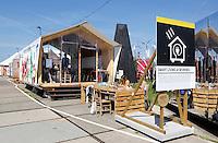 Nederland Amsterdam 2016 04 12. Fab City. FabCity is een tijdelijke campus op de Kop van Java-eiland en bestaat uit zo'n vijftig innovatieve paviljoens, installaties en prototypes. Meer dan vierhonderd jonge studenten, professionals, kunstenaars en creatieven ontwikkelen de plek tot een duurzaam stedelijk gebied, waar ze werken, creëren, onderzoeken en hun oplossingen voor stedelijke vraagstukken presenteren. De deelnemers komen van verschillende onderwijsachtergronden, zoals kunstacademies, (technische) universiteiten en het beroepsonderwijs. Ingang. FabCity is een stad die werkt volgens de circulaire economie; een economisch systeem dat met maximaal hergebruik van grondstoffen waardevernietiging minimaliseert. Foto Berlinda van Dam / Hollandse Hoogte