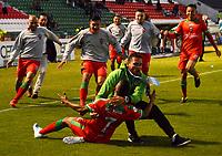 TUNJA-COLOMBIA, 21-09-2019: Cristian Barrios de Patriotas Boyacá, celebra con sus compañeros de equipo después de anotar el gol de su equipo, durante partido de la fecha 12 entre Patriotas Boyacá y Atlético Huila, por la Liga Águila II 2019, jugado en el estadio La Independencia de la ciudad de Tunja. / Cristian Barrios of Patriotas Boyaca celebrates with his teammates after scoring the goal of his team, during a match of the 12th date between Patriotas Boyaca and Atletico Huila, for the Aguila Leguaje II 2019 played at the La Independencia stadium in Tunja city. / Photo: VizzorImage / José Miguel Palencia / Cont.