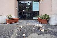 """Roma 12 Novembre 2014<br /> Tor Sapienza <br /> Assalto razzista in tarda serata al centro per richiedenti asilo in via giorgio Morandi.<br /> Un centinaio di persone incendiano cassonetti, tirano bombe carta e lanciano oggetti.<br /> Ingente dispiegamento di forze dell'ordine.<br /> La palazzina che accoglie il centro per rifugiati gestito dalla cooperativa """"un Sorriso"""" il giorno dopo l'assalto."""
