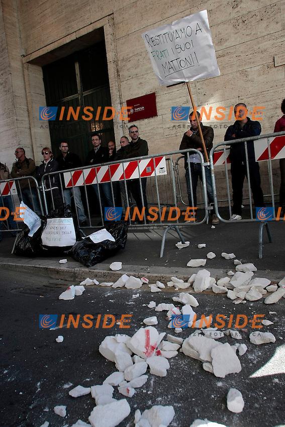 Gli studenti rompono il muro di un locale dell'universit&agrave;' che avevano occupato e che ora e' stato sigillato e gettano i calcinacci davanti allentata del Rettorato<br /> Roma 30-10-2014 Universita' la Sapienza. Protesta degli studenti durante l'insediamento del nuovo rettore.<br /> Photo Samantha Zucchi Insidefoto