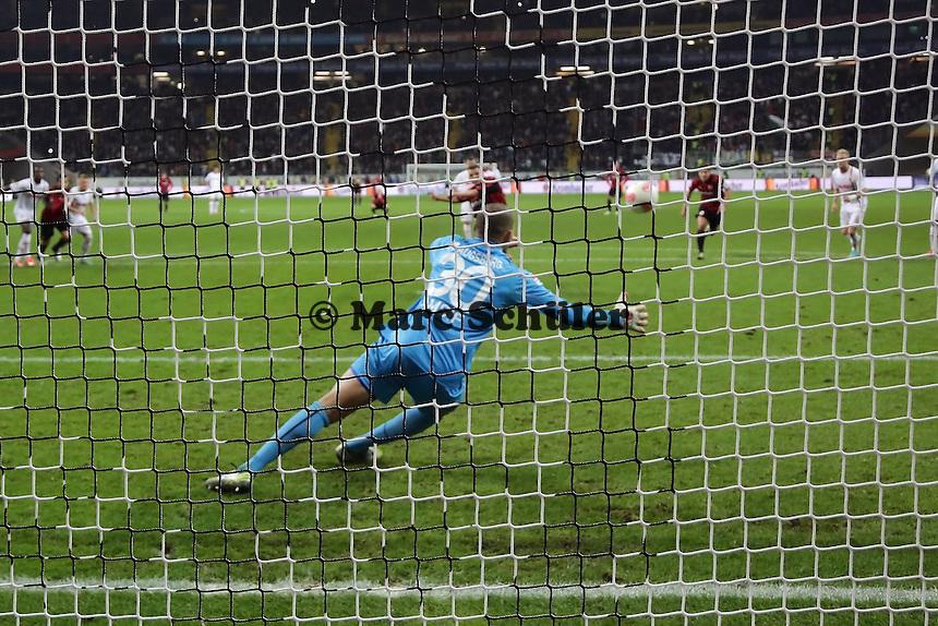Alex Meier (Eintracht) verwandelt den Elfmeter gegen Mohamed Amsif (Augsburg) zum 4:2