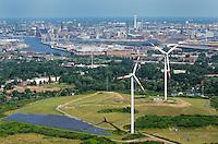 Energieberg Georgswerder: EUROPA, DEUTSCHLAND, HAMBURG, (EUROPE, GERMANY), 08.07.2012: Von der giftigen Altlast zum Gipfel erneuerbarer Energien: Der Deponiehuegel Georgswerder wird im Rahmen der IBA zu einem regenerativen Energieberg. Durch Windkraft, Sonnenenergie, Deponiegase, Biomasse und Geothermie soll er kuenftig ueber 2000 Haushalte der Elbinsel mit Strom versorgen. Ausserdem soll der Energieberg als Aussichtspunkt oeffentlich zugaenglich gemacht werden..Hamburg Georgswerder, Seit 1992 dreht sich das erste Windrad auf der Deponie in Georgwerder, elektrische Energie, Hamburger Firma REpower von Ex-Umweltsenator Prof. Dr. Fritz Vahrenholt hat sie aufgestellt und gut zwei Millionen Euro in den Bau investiert.  Hafen Innenstadt im Hintergrund ,  Deutschland, Hamburg, Wirtschaft, Industrie, Hamburger, Hafen, Wind, Rad, Windrad, Kraftwerk, Windkraftwerk, Sonnenkraft, Kolektoren, Muell, Berg, Muellberg, Muell, Muelldeponie, Muelltrennung, Muellverdichter, Recycling, Abfall, Abfalldeponie, Deponie, Saniert, Sanierung, IBA,  Windkraft, oekologisch, erneuerbar, erneuerbare, Energie, regenerativ, regenerative, natuerlich, Windmuehle, Windmuehlen, Strom, Oekostrom, Ueberblick, Uebersicht, Horizont, Grossstadt, Luftbild, Draufsicht, Luftaufnahme, Luftansicht, Luftblick, Flugaufnahme, Flugbild, Vogelperspektive .