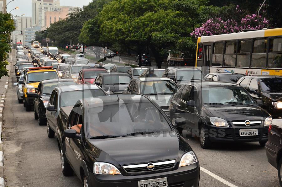 SÃO PAULO, SP, 14, DE FEVEREITO 2012 – TRANSITO – Fluxo intenso de carros no fim da tarde de terça-feira (14) na Rua da Consolação. (FOTO: CAIO BUNI / NEWS FREE).