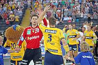 Uwe Gensheimer und Niklas Landin Jacobsen (Löwen) klatschen ab - Tag des Handball, Rhein-Neckar Löwen vs. Hamburger SV, Commerzbank Arena