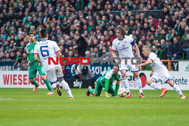 19.03.2016, Weser Stadion, Bremen, GER, 1.FBL. Werder Bremen vs Mainz 05, im Bild Clemens Fritz (Werder Bremen #8) Danny Latza (Mainz 05 #6) Santiago Garc&iacute;a (Werder Bremen #2) <br /> <br /> <br /> <br /> Foto &copy; nordphoto / Woratschka