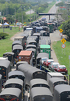 VILLA  RICA - COLOMBIA - 06-03-2013: Cientos de camiones se encuentran estacionados en la carretera Panamericana en la población de Villa Rica al norte del departamento del Cauca, marzo 06 de 2013. La vía Panamericana en el sur del país se encuentra bloqueda en varios sitios, obstaculizando la movilización de vehículos, causando desabastecimiento de alimentos y aislamiento, el paro de caficultores lleva más de una semana (Foto: VizzorImage / Luis Ramírez / Staff). Hundreds of trucks are parked on the Panamerican highway in the town of Villa Rica in northern Cauca, March 6, 2013. The Panamerican Highway in the south of the country is blocked in several places, causing food shortages and isolation, unemployment of farmers takes more than a week (Photo: VizzorImage / Luis Ramirez / Staff).