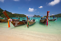 Thailand, Krabi Province, Andaman Coast, Ko Phi Phi Island, Phi Phi Don Island: Ao Dalam Bay with long-tail boats | Thailand, Provinz Krabi, Andamanen Kueste, Ko Phi Phi Insel, Phi Phi Don Island: Longtail Boote in der Ao Dalam Bay
