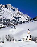 Oesterreich, Salzburger Land, Dienten mit Pfarrkirche vorm Hochkoenig | Austria, Salzburger Land, Dienten with parish church and Hochkoenig mountain