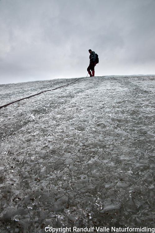 Brevandrer på Seilandsjøkelen. ---- Woman on the glacier Seilandsjøkelen.