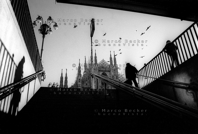 milano, il duomo visto dall'uscita della metropolitana alla mattina presto --- milan, the  cathedral seen from the entrance to the subway early in the morning.