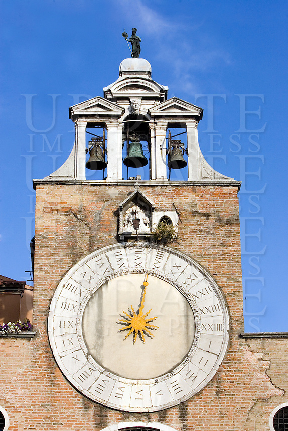 L'orologio sulla torre della chiesa di San Giacomo di Rialto a Venezia.<br /> Belltower clock of San Giacomo di Rialto church in Venice.<br /> UPDATE IMAGES PRESS/Riccardo De Luca