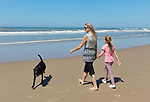 Queen Maxima of the Netherlands walks on the beach with het daughter Ariane(R) during a photo session on the beach near Wassenaar, the Netherlands, July 10, 2015. © Michael Kooren