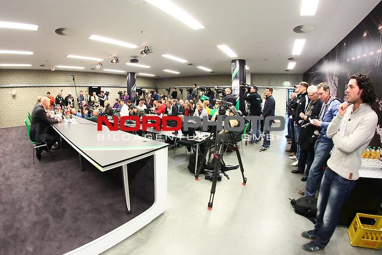 14.12.2013, HDI Arena, Hannover, GER, 1.FBL, Hannover 96 stellt Tayfun Korkut als neuen Trainer vor, im Bild Medienauflauf bei der Trainervorstellung im Pressekonferenzraum von Hannover 96<br /> <br /> Foto &not;&copy; nph / Schrader *** Local Caption ***