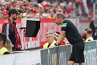 Schiedsrichter Marco Fritz sieht den Videobeweis an und kommuniziert mit Köln - 14.09.2019: 1. FSV Mainz 05 vs. Hertha BSC Berlin, 4. Spieltag Bundesliga, OPEL Arena<br /> DISCLAIMER: DFL regulations prohibit any use of photographs as image sequences and/or quasi-video.
