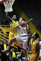BOGOTA - COLOMBIA: 08-11-2013: Gian Bacci (Der.) jugador de Guerreros de Bogota, disputa el balón con Thomas Tayron (Izq.) de bambuqueros de Huila, durante partido de la fecha 1de las semifinales de la Liga Directv Profesional de Baloncesto 2 en partido jugado en el Coliseo El Salitre. / Gian Biacci (R) of Guerreros from Bogota disputes the ball con Thomas Tayron (L) from Bambuqueros de Huila, during a match for the 1 date of the semifinals of the League of Professional Directv Basketball 2 game at the El Salitre Coliseum. Photo: VizzorImage / Luis Ramirez / Staff.