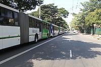 SAO PAULO, SP, 20/05/2014, GREVE ONIBUS SAO PAULO. Motorista e cobradores cruzam os bracos na ruas centrais de Sao Paulo, no final da manha dessa terca-feira (20). Na foto a Av. Rio Branco e a fila de onibus estacionados na via.LUIZ GUARNIERI/BRAZIL PHOTO PRESS.