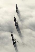 4415/CTA: EUROPA, DEUTSCHLAND, HAMBURG 25.12.2005: Container Terminal Altenwerder. Hamburger Hafen, Hafenbetrieb, Schifffahrt, Logistik..Super-Post-Panamax-Bruecken  ragen aus dem Nebel. Containerverladung.  Luftbild, Luftansicht