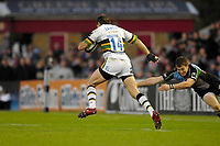 Twickenham. GREAT BRITAIN, Saints, Shawn LAMONT, evades, Kike BROWNS tackle,  during the, Guinness Premiership game between, NEC Harlequins and Northamption Saints, on Sat., 04/11/2006, played at the Twickenham Stoop, England. Photo, Peter Spurrier/Intersport-images].....