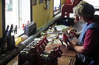 Sweden, Province Dalarna, Nusnaes: Dala-horses handworked in homework | Schweden, Provinz Dalarna, Nusnaes: Dalapferde werden in Heim- und Handarbeitarbeit hersgestellt