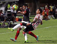 CÚCUTA -COLOMBIA, 21-08-2013. Javier Araujo (I) del Cucuta Deportivo disputa el balón con Juan Domínguez (D) del Junior, durante partido por la fecha 5 de la Liga Postobon II disputado en el estadio General Santander de la ciudad de Cucuta./ Cucuta Deportivo player Javier Araujo (L) fights for the ball with Junior player Juan Dominguez (R) during match valid for the fifth date of the Postobon League II at the General Santander Stadium in Cucuta city. Photo: VizzorImage/Manuel Hernandez/STR