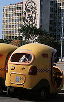 Amérique Centrale/Cuba/La Havane: Le ministère de l'intérieur, portrait géant de Che Guevara et cocotaxi