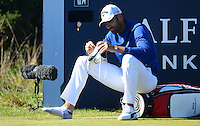 Alvaro Quiros of Spain adjusts his shoes during Round 1 of the 2015 Alfred Dunhill Links Championship at the Old Course, St Andrews, in Fife, Scotland on 1/10/15.<br /> Picture: Richard Martin-Roberts | Golffile