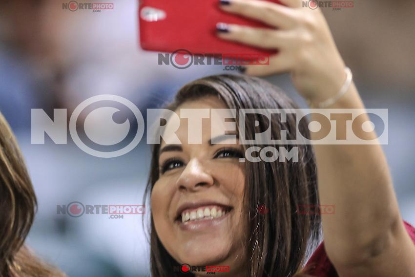 Selfie de aficionada , durante el partido2 de beisbol entre Naranjeros de Hermosillo vs Yaquis de Obregon. Temporada 2016 2017 de la Liga Mexicana del Pacifico.<br /> &copy; Foto: LuisGutierrez/NORTEPHOTO.COM